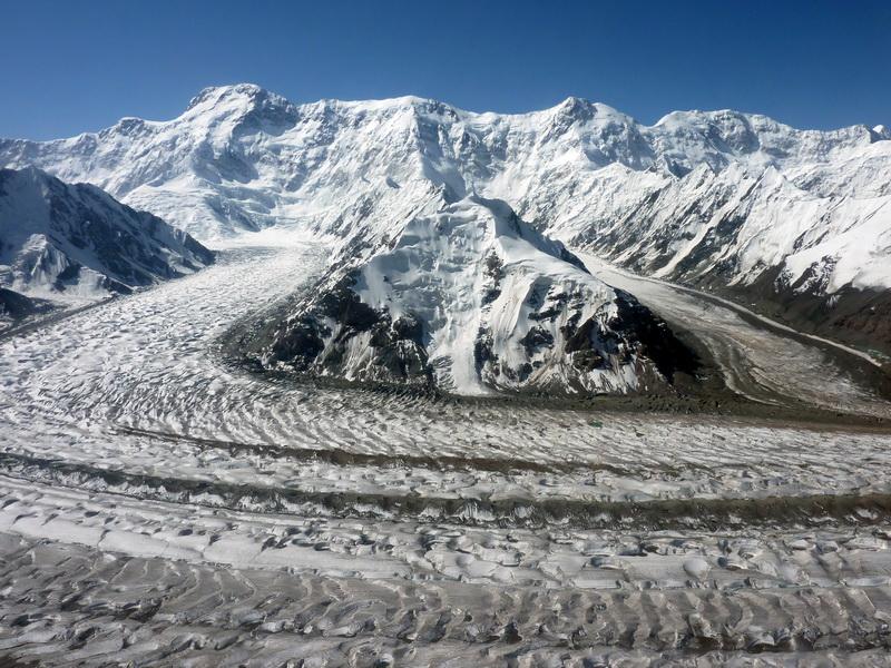 Pobeda Peak - 7439 m visto dall'elicottero da nordI ghiacciai Zviozdochka e Diki confluiscono nel ghiacciaio Inylchek sud
