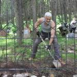 Писатель Виктор Кадыров владеет лопатой не хуже чем пером.