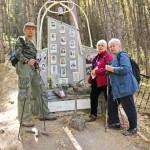 Сестры Маречек Эльвира и Инна  у стеллы с фотографией отца, Боривоя  Маречека.